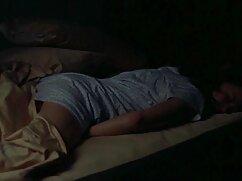 Audaz trío señora cojiendo xxx ruso en una gran cama