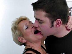 El chico metió su pene en el estrecho culo de una perro cojiendo con señora rusa