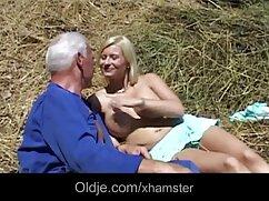 El culo de una guapa jovencita apenas deja cojiendo con señora infiel entrar la polla gorda de su pareja